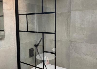 Industriële badkamer met betonlook tegels